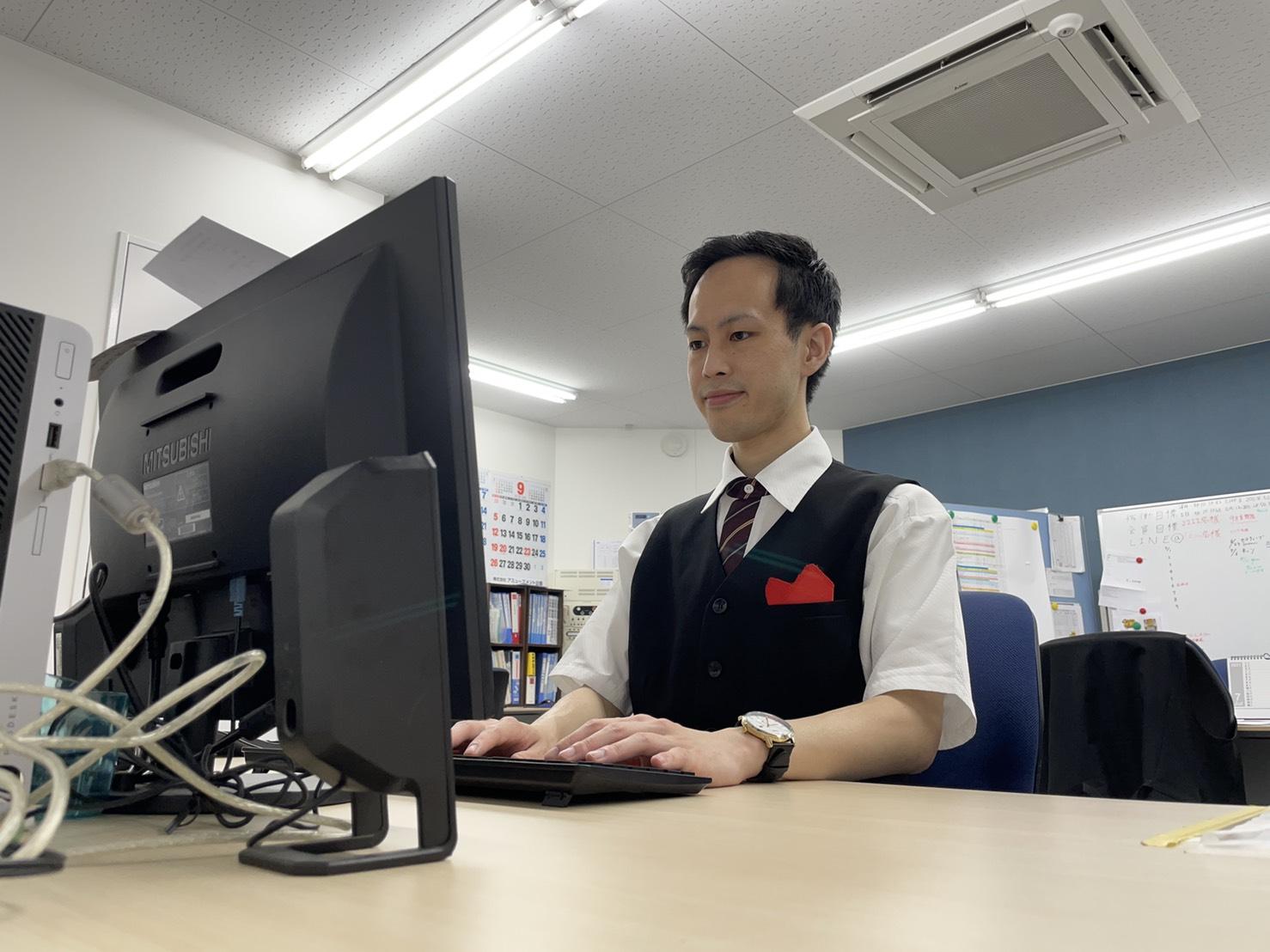 ホール内の管理や、データの確認、各種書類の作成を行っています。